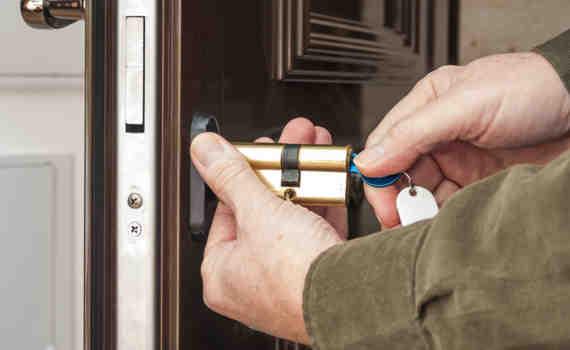 CambioCilindros 01 570x350 - Cambio de Cerraduras de Seguridad
